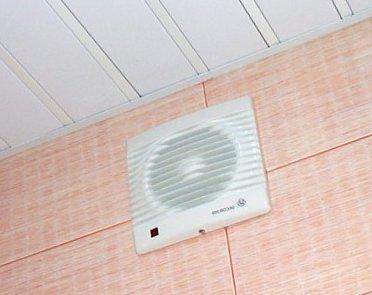 Вытяжной вентилятор установленный в ванной