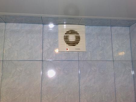 Вентилятор установленный в стене ванной