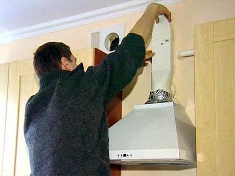 Установка трубы на кухонную вытяжку